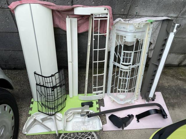洗浄したエアコンの部品類